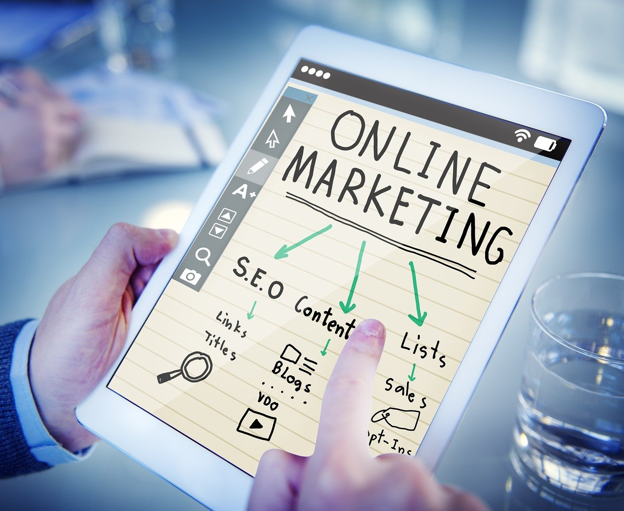 Read more about the article Digital marketing vs. traditional marketing strategy: which one to pick