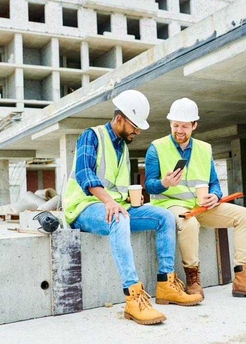 construction-workers-on-break-U26WN39-min